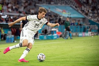 15 June 2021, Bavaria, Munich: Football: European Championship, France - Germany, preliminary round, Group F, 1st matchday in the EM Arena Munich. Germany\'s Thomas Müller plays the ball. Photo: Federico Gambarini\/dpa