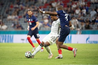 15 June 2021, Bavaria, Munich: Football: European Championship, France - Germany, preliminary round, Group F, 1st matchday in the EM Arena Munich. Germany\'s Serge Gnabry (l) and France\'s Presnel Kimpembe fight for the ball. Photo: Federico Gambarini\/dpa