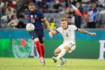 15 June 2021, Bavaria, Munich: Football: European Championship, France - Germany, preliminary round, Group F, 1st matchday in the EM Arena Munich. Germany\'s Toni Kroos (r) and France\'s Karim Benzema fight for the ball. Photo: Federico Gambarini\/dpa