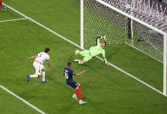 firo: 15.06.2021, Fuvuball, football: EURO 2020, EM 2021, EURO 2021, European Championship 2021, group stage, group F, Germany, Germany - France - France 0: 1 own goal by Mats Hummels to 0; 1 versus Manuel Neuer, right Kylian Mbappe