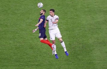 firo: 15.06.2021, Fuvuball, football: EURO 2020, EM 2021, EURO 2021, European Championship 2021, group stage, group F, Germany, Germany - France - France 0: 1, Mats Hummels, duels versus Karim Benzema