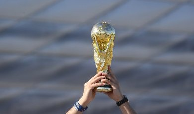firo: 15.06.2021, Fuvuball, football: EURO 2020, EM 2021, EURO 2021, European championship 2021, group stage, group F, Germany, Germany - France - France 0: 1 Allianz Arena Mvºnchen, Zschauer, fans in front of the arena, World Cup trophy FRA FAns, feature, depositor