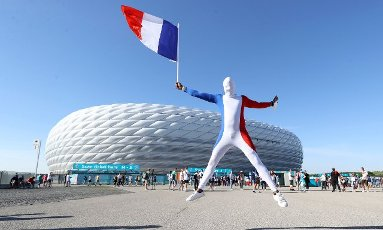 firo: 15.06.2021, Fuvuball, football: EURO 2020, EM 2021, EURO 2021, European Championship 2021, group stage, group F, Germany, Germany - France - France 0: 1 Allianz Arena Mvºnchen, Zschauer, fans in front of the arena