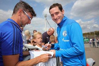 firo: 28.08.2018, Fuvuball, 1st Bundesliga, season 2018\/2019, FC Schalke 04, training, Sebastian RUDY signs autographs