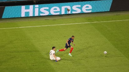 firo: 15.06.2021, Fuvuball, football: EURO 2020, EM 2021, EURO 2021, European championship 2021, group stage, group F, Germany, Germany - France - France 0: 1 duels, MAts HUmmels versus Kylian Mbappe in front of advertising boards, sponsoring, Hisense