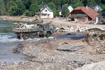 27 July 2021, Rhineland-Palatinate, Insul: Pioneers of the Bundeswehr from Minden in East Westphalia are on the move with heavy equipment along the Ahr. Helpers are busy day and night making the roads in the largely destroyed villages passable again. Photo: Boris Roessler\/dpa