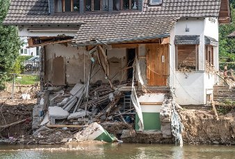 27 July 2021, Rhineland-Palatinate, Insul: A completely destroyed house stands on the banks of the Ahr after the flood disaster. Helpers are busy day and night making the roads in the largely destroyed villages passable again. Photo: Boris Roessler\/dpa