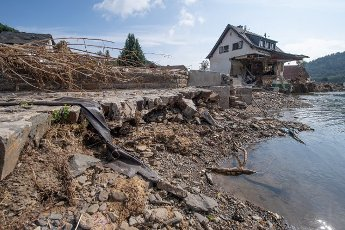 27 July 2021, Rhineland-Palatinate, Insul: A house completely destroyed after the flood disaster stands on the banks of the Ahr. Helpers are busy day and night making the roads in the largely destroyed villages passable again. Photo: Boris Roessler\/dpa