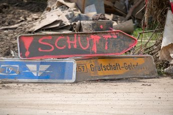 27 July 2021, Rhineland-Palatinate, Altenahr: A signpost converted into a signpost for an improvised rubble dump lies on the road after the flood disaster. Helpers are busy day and night making the roads in the largely destroyed villages passable again. Photo: Boris Roessler\/dpa