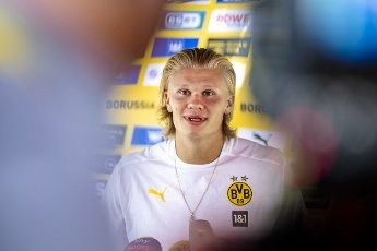 27 July 2021, Switzerland, Bad Ragaz: Football: Bundesliga, Borussia Dortmund training camp at Ri-Au sports ground. Erling Haaland speaks to journalists during the media round. Photo: David Inderlied\/dpa - IMPORTANT NOTE: In accordance with the regulations of the DFL Deutsche Fußball Liga and\/or the DFB Deutscher Fußball-Bund, it is prohibited to use or have used photographs taken in the stadium and\/or of the match in the form of sequence pictures and\/or video-like photo series