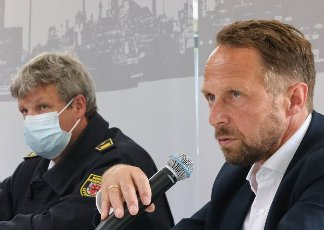 27 July 2021, North Rhine-Westphalia, Leverkusen: Uwe Richrath (SPD, r), Lord Mayor of Leverkusen, speaks next to Stephan Hummel, Head of Fire Protection at Currenta GmbH, at a press conference on the situation after the explosion at Chempark Leverkusen. After the devastating explosion at the Chempark with one dead and 16 injured there is still a hazardous situation. Photo: Oliver Berg\/dpa