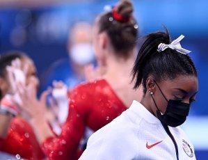 dpatop - 27 July 2021, Japan, Tokio: Gymnastics: Olympics, team, women, final at Ariake Gymnastics Centre: Simone Biles of the USA wears a mask after leaving the team final with an injury. Photo: Marijan Murat\/dpa