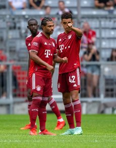 31 July 2021, Bavaria, Munich: Football: Test matches, FC Bayern München - SSC Napoli at the Allianz Arena. Serge Gnabry (l) and Jamal Musiala are on the pitch. Photo: Sven Hoppe\/dpa - IMPORTANT NOTE: In accordance with the regulations of the DFL Deutsche Fußball Liga and\/or the DFB Deutscher Fußball-Bund, it is prohibited to use or have used photographs taken in the stadium and\/or of the match in the form of sequence pictures and\/or video-like photo series