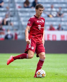 31 July 2021, Bavaria, Munich: Football: Test matches, FC Bayern München - SSC Napoli at Allianz Arena. Benjamin Pavard from Munich plays the ball. Photo: Sven Hoppe\/dpa - IMPORTANT NOTE: In accordance with the regulations of the DFL Deutsche Fußball Liga and\/or the DFB Deutscher Fußball-Bund, it is prohibited to use or have used photographs taken in the stadium and\/or of the match in the form of sequence pictures and\/or video-like photo series