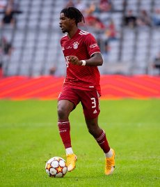 31 July 2021, Bavaria, Munich: Football: Test matches, FC Bayern München - SSC Napoli at Allianz Arena. Omar Richards from Munich plays the ball. Photo: Sven Hoppe\/dpa - IMPORTANT NOTE: In accordance with the regulations of the DFL Deutsche Fußball Liga and\/or the DFB Deutscher Fußball-Bund, it is prohibited to use or have used photographs taken in the stadium and\/or of the match in the form of sequence pictures and\/or video-like photo series