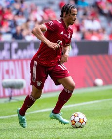 31 July 2021, Bavaria, Munich: Football: Test matches, FC Bayern München - SSC Napoli at Allianz Arena. Leroy Sane from Munich plays the ball. Photo: Sven Hoppe\/dpa - IMPORTANT NOTE: In accordance with the regulations of the DFL Deutsche Fußball Liga and\/or the DFB Deutscher Fußball-Bund, it is prohibited to use or have used photographs taken in the stadium and\/or of the match in the form of sequence pictures and\/or video-like photo series