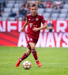 31 July 2021, Bavaria, Munich: Football: Test matches, FC Bayern München - SSC Napoli at Allianz Arena. Torben Rhein from Munich plays the ball. Photo: Sven Hoppe\/dpa - IMPORTANT NOTE: In accordance with the regulations of the DFL Deutsche Fußball Liga and\/or the DFB Deutscher Fußball-Bund, it is prohibited to use or have used photographs taken in the stadium and\/or of the match in the form of sequence pictures and\/or video-like photo series