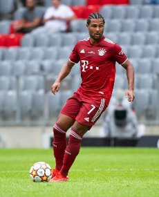 31 July 2021, Bavaria, Munich: Football: Test matches, FC Bayern München - SSC Napoli at Allianz Arena. Serge Gnabry from Munich plays the ball. Photo: Sven Hoppe\/dpa - IMPORTANT NOTE: In accordance with the regulations of the DFL Deutsche Fußball Liga and\/or the DFB Deutscher Fußball-Bund, it is prohibited to use or have used photographs taken in the stadium and\/or of the match in the form of sequence pictures and\/or video-like photo series