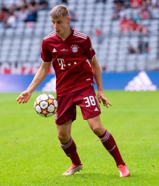 31 July 2021, Bavaria, Munich: Football: Test matches, FC Bayern München - SSC Napoli at Allianz Arena. Gabriel Vidovic from Munich plays the ball. Photo: Sven Hoppe\/dpa - IMPORTANT NOTE: In accordance with the regulations of the DFL Deutsche Fußball Liga and\/or the DFB Deutscher Fußball-Bund, it is prohibited to use or have used photographs taken in the stadium and\/or of the match in the form of sequence pictures and\/or video-like photo series