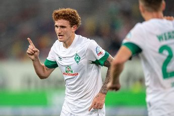 31 July 2021, North Rhine-Westphalia, Duesseldorf: Football: 2nd Bundesliga, Fortuna Düsseldorf - SV Werder Bremen, Matchday 2 at Merkur Spiel-Arena. Bremen\'s scorer Joshua Sargent (l) celebrates after scoring the 0:1 goal. Photo: Marius Becker\/dpa - IMPORTANT NOTE: In accordance with the regulations of the DFL Deutsche Fußball Liga and\/or the DFB Deutscher Fußball-Bund, it is prohibited to use or have used photographs taken in the stadium and\/or of the match in the form of sequence pictures and\/or video-like photo series
