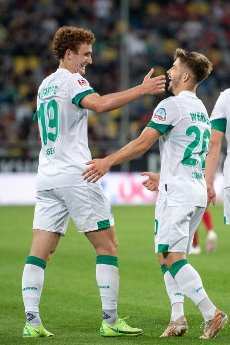 31 July 2021, North Rhine-Westphalia, Duesseldorf: Football: 2nd Bundesliga, Fortuna Düsseldorf - SV Werder Bremen, Matchday 2 at Merkur Spiel-Arena. Bremen\'s goal scorer Joshua Sargent (l) and Romano Schmid celebrate after scoring the 0:1. Photo: Marius Becker\/dpa - IMPORTANT NOTE: In accordance with the regulations of the DFL Deutsche Fußball Liga and\/or the DFB Deutscher Fußball-Bund, it is prohibited to use or have used photographs taken in the stadium and\/or of the match in the form of sequence pictures and\/or video-like photo series