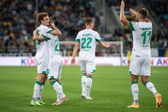 31 July 2021, North Rhine-Westphalia, Duesseldorf: Football: 2nd Bundesliga, Fortuna Düsseldorf - SV Werder Bremen, Matchday 2 at Merkur Spiel-Arena. Bremen\'s goal scorer Joshua Sargent (l-r), Romano Schmid, Niklas Schmidt and Niclas Füllkrug celebrate after the goal for 0:1. Photo: Marius Becker\/dpa - IMPORTANT NOTE: In accordance with the regulations of the DFL Deutsche Fußball Liga and\/or the DFB Deutscher Fußball-Bund, it is prohibited to use or have used photographs taken in the stadium and\/or of the match in the form of sequence pictures and\/or video-like photo series