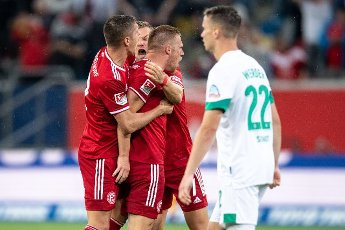 31 July 2021, North Rhine-Westphalia, Duesseldorf: Football: 2nd Bundesliga, Fortuna Düsseldorf - SV Werder Bremen, Matchday 2 at Merkur Spiel-Arena. Düsseldorf\'s Kristoffer Peterson (l-r), Florian Hartherz and 1:1 scorer Rouwen Hennings celebrate. Photo: Marius Becker\/dpa - IMPORTANT NOTE: In accordance with the regulations of the DFL Deutsche Fußball Liga and\/or the DFB Deutscher Fußball-Bund, it is prohibited to use or have used photographs taken in the stadium and\/or of the match in the form of sequence pictures and\/or video-like photo series