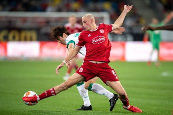 31 July 2021, North Rhine-Westphalia, Duesseldorf: Football: 2nd Bundesliga, Fortuna Düsseldorf - SV Werder Bremen, Matchday 2 at Merkur Spiel-Arena. Düsseldorf\'s Jakub Piotrowski (r) and Bremen\'s Yuya Osako fight for the ball. Photo: Marius Becker\/dpa - IMPORTANT NOTE: In accordance with the regulations of the DFL Deutsche Fußball Liga and\/or the DFB Deutscher Fußball-Bund, it is prohibited to use or have used photographs taken in the stadium and\/or of the match in the form of sequence pictures and\/or video-like photo series