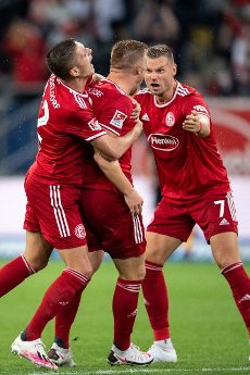 31 July 2021, North Rhine-Westphalia, Duesseldorf: Football: 2nd Bundesliga, Fortuna Düsseldorf - SV Werder Bremen, Matchday 2 at Merkur Spiel-Arena. Düsseldorf\'s Kristoffer Peterson (l-r), scorer Rouwen Hennings and Florian Hartherz celebrate after the goal to equalise 1:1. Photo: Marius Becker\/dpa - IMPORTANT NOTE: In accordance with the regulations of the DFL Deutsche Fußball Liga and\/or the DFB Deutscher Fußball-Bund, it is prohibited to use or have used photographs taken in the stadium and\/or of the match in the form of sequence pictures and\/or video-like photo series