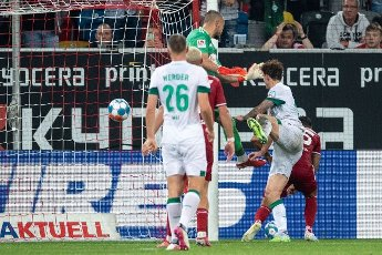 31 July 2021, North Rhine-Westphalia, Duesseldorf: Football: 2nd Bundesliga, Fortuna Düsseldorf - Werder Bremen, Matchday 2 at Merkur Spiel-Arena. Bremen\'s Joshua Sargent (2nd from right) scores against Düsseldorf\'s goalkeeper Florian Kastenmeier (3rd from left) for a 2:1 lead. Photo: Marius Becker\/dpa - IMPORTANT NOTE: In accordance with the regulations of the DFL Deutsche Fußball Liga and\/or the DFB Deutscher Fußball-Bund, it is prohibited to use or have used photographs taken in the stadium and\/or of the match in the form of sequence pictures and\/or video-like photo series