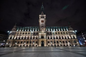 """28 March 2020, Hamburg: The lights at Hamburg City Hall are burning shortly before the WWF action """"Earth Hour"""". Lights on public buildings all over the world were switched off, even pirvat people took part. The WWF campaign has been running since 2007 and is intended to set an example for more climate and environmental protection - not actually saving electricity. Photo: Georg Wendt/"""