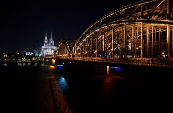28 March 2020, North Rhine-Westphalia, Cologne: Before the lights of the cathedral and the Hohenzollern Bridge are switched off, the city centre shines. During the worldwide campaign Earth Hour of the environmental organisation WWF, the lights on public buildings are switched off for one hour. Photo: Henning Kaiser/