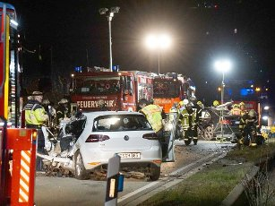 """30 March 2020, Baden-Wuerttemberg, Großbettlingen: Emergency services are working at an accident site on the B 313 federal road, where two people died in a head-on collision between two vehicles near Großbettlingen. (To dpa: """"Two drivers died in a head-on collision on B313"""") Photo: Sven Kohls/SDMG/"""