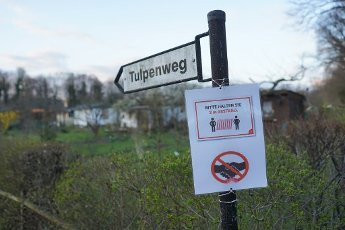 03 April 2020, Berlin: A sign with behavioural instructions hangs on a signpost in an allotment garden in Pankow. Photo: Jörg Carstensen/