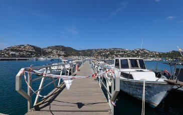 10 April 2020, Spain, Port Andratx: The pleasure boats and fishing boats remain moored in Port Andratx on the island of Mallorca during the Corona crisis. Normally at Easter the holiday season on Mallorca starts. Photo: Clara Margais/