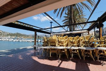10 April 2020, Spain, Port Andratx: A restaurant terrace by the sea remains closed to the public during the coronavirus crisis on the island of Mallorca. Normally at Easter the holiday season in Mallorca starts. Photo: Clara Margais/