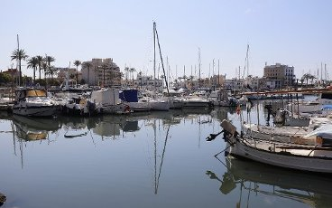 10 April 2020, Spain, El Molinar: The pleasure boats and fishing boats remain moored in the port of Es Molinar on the island of Mallorca during the Corona crisis. Normally at Easter the holiday season in Mallorca starts. Photo: Clara Margais/