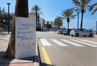 10 April 2020, Spain, Port Andratx: A sign indicates an open bakery. Bakeries, supermarkets, pharmacies and tobacco and press vendors are the only shops allowed to remain open during the coronavirus crisis in Spain. Normally the holiday season in Mallorca starts at Easter. Photo: Clara Margais/