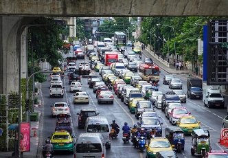 21 October 2019, Thailand, Bangkok: Cars and buses are stuck in traffic jams in the city. Photo: Soeren Stache\/dpa-Zentralbild
