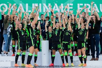 04 July 2020, North Rhine-Westphalia, Cologne: Football, women: DFB-Pokal, VfL Wolfsburg - SGS Essen, Final at RheinEnergieStadion. Lena Goeßling (l) from Wolfsburg cheers with the cup in front of her teammates. Photo: Rolf Vennenbernd\/dpa - IMPORTANT NOTE: In accordance with the regulations of the DFL Deutsche Fußball Liga and the DFB Deutscher Fußball-Bund, it is prohibited to exploit or have exploited in the stadium and\/or from the game taken photographs in the form of sequence images and\/or video-like photo series