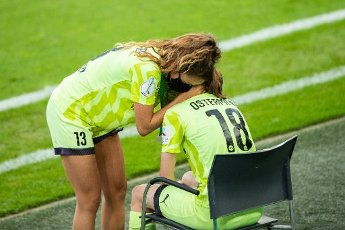 04 July 2020, North Rhine-Westphalia, Cologne: Football, women: DFB-Pokal, VfL Wolfsburg - SGS Essen, Final at RheinEnergieStadion. Essen\'s Lena Ostermeier (r) is comforted by Essen\'s Ramona Petzelberger. Photo: Marcel Kusch\/dpa - IMPORTANT NOTE: In accordance with the regulations of the DFL Deutsche Fußball Liga and the DFB Deutscher Fußball-Bund, it is prohibited to exploit or have exploited in the stadium and\/or from the game taken photographs in the form of sequence images and\/or video-like photo series