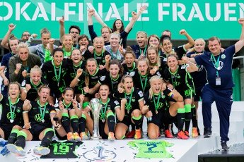 04 July 2020, North Rhine-Westphalia, Cologne: Football, women: DFB-Pokal, VfL Wolfsburg - SGS Essen, Final at RheinEnergieStadion. The women of Wolfsburg are cheering with the cup after their 7:5 victory after a penalty shoot-out. Photo: Rolf Vennenbernd\/dpa - IMPORTANT NOTE: In accordance with the regulations of the DFL Deutsche Fußball Liga and the DFB Deutscher Fußball-Bund, it is prohibited to exploit or have exploited in the stadium and\/or from the game taken photographs in the form of sequence images and\/or video-like photo series