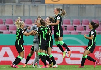 VfL Wolfsburg, wins, the cup, jubilation, cheers, wins, after extension firo, sports, football, cup final: season 2019\/2020, 04.07.2020 DFB Cup final of women, women, VfL Wolfsburg - SGS Essen Photo: Ralf Ibing \/ firosportphoto \/ POOL For journalistic purposes only! Only for editorial use! | usage