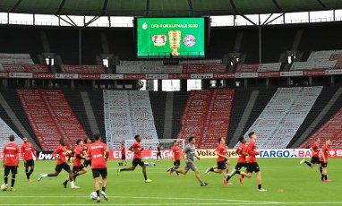04 July 2020, Berlin: Football: DFB Cup, Final: Bayer Leverkusen - FC Bayern Munich, in the Olympic Stadium. Players from Leverkusen warm up before the game. Photo: John Macdougall\/AFP\/POOL\/dpa - IMPORTANT NOTICE: DFL and DFB regulations prohibit any use of photographs as image sequences and\/or quasi-video