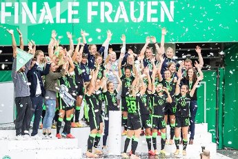 04 July 2020, North Rhine-Westphalia, Cologne: Football, women: DFB-Pokal, VfL Wolfsburg - SGS Essen, Final at RheinEnergieStadion. Lena Goeßling (M) from Wolfsburg cheers with the cup in front of her teammates. Photo: Marcel Kusch\/dpa - IMPORTANT NOTE: In accordance with the regulations of the DFL Deutsche Fußball Liga and the DFB Deutscher Fußball-Bund, it is prohibited to exploit or have exploited in the stadium and\/or from the game taken photographs in the form of sequence images and\/or video-like photo series