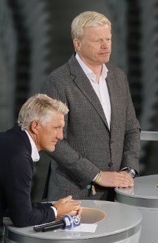 04 July 2020, Berlin: Football: DFB Cup, Final: Bayer Leverkusen - FC Bayern Munich in the Olympic Stadium. Bastian Schweinsteiger (l), TV expert from ARD and former player of Fc Bayern, and Oliver Kahn (r), member of the board of directors of FC Bayern München AG, watch the field before the start of the match. Photo: Ronald Wittek\/epa\/Pool\/dpa - IMPORTANT NOTE: In accordance with the regulations of the DFL Deutsche Fußball Liga and the DFB Deutscher Fußball-Bund, it is prohibited to exploit or have exploited in the stadium and\/or from the game taken photographs in the form of sequence images and\/or video-like photo series