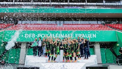 04 July 2020, North Rhine-Westphalia, Cologne: Football, women: DFB-Pokal, VfL Wolfsburg - SGS Essen, Final at RheinEnergieStadion. The women of Wolfsburg cheer after their 7:5 victory after a penalty shoot-out with the cup. Photo: Rolf Vennenbernd\/dpa - IMPORTANT NOTE: In accordance with the regulations of the DFL Deutsche Fußball Liga and the DFB Deutscher Fußball-Bund, it is prohibited to exploit or have exploited in the stadium and\/or from the game taken photographs in the form of sequence images and\/or video-like photo series