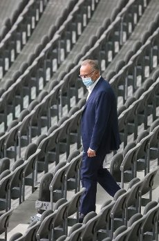 04 July 2020, Berlin: Football: DFB Cup, Final: Bayer Leverkusen - FC Bayern Munich in the Olympic Stadium. Karl-Heinz Rummenigge, Chairman of the Board of Management of FC Bayern München AG, walks through the empty spectator stands with a mouth guard before the start of the match. Photo: Ronald Wittek\/epa\/Pool\/dpa - IMPORTANT NOTE: In accordance with the regulations of the DFL Deutsche Fußball Liga and the DFB Deutscher Fußball-Bund, it is prohibited to exploit or have exploited in the stadium and\/or from the game taken photographs in the form of sequence images and\/or video-like photo series