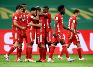 04 July 2020, Berlin: Football: DFB Cup, Final: Bayer Leverkusen - FC Bayern Munich, in the Olympic Stadium. Munich\'s Serge Gnabry (3rd from left) celebrates the second goal with team mates. Photo: Annegret Hilse\/Reuters\/POOL\/dpa - IMPORTANT NOTE: In accordance with the regulations of the DFL Deutsche Fußball Liga and the DFB Deutscher Fußball-Bund, it is prohibited to exploit or have exploited in the stadium and\/or from the game taken photographs in the form of sequence images and\/or video-like photo series