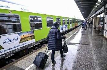 04 July 2020, Schleswig-Holstein, Westerland\/Sylt: Passengers of the new Alpen-Sylt night express from Sylt to Salzburg of the railway provider RDC walk across the platform shortly before the train leaves. On the route, the night express makes stops in Niebüll, Husum, Hamburg, Frankfurt, Nuremberg and Munich, among others. Photo: Axel Heimken
